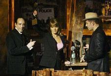 <p>La vedova di Joe Strummer, Lucinda Strummer, fra il chitarrista dei Clash Mick Jones (sinistra) e il bassista Paul Simonon (destra). REUTERS/Mike Segar MS/SV</p>