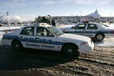 <p>Сотрудники полиции на стоянке у церкви в городе Колорадо Спрингс в штате Колорадо 9 декабря 2007 года. По меньшей мере три человека погибли и шесть получили ранения в результате стрельбы на стоянке церкви в штате Колорадо в воскресенье. (REUTERS/Nathan W. Armes)</p>