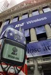 <p>AT&T portera son dividende de 35,5 à 40 cents par action et rachètera 400 millions d'actions suivant un nouveau programme de rachat, fait savoir l'opérateur télécoms américain. /Photo d'archives/REUTERS</p>