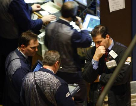 12月11日、FRBはフェデラルファンド金利の誘導目標を0.25%引き下げ4.25%に、公定歩合も0.25%引き下げ4.75%とした。一方、市場では大幅利下げを期待していた向きもあり、失望が広がった。ニューヨーク証券取引所で撮影したトレーダー(2007年 ロイター/Brendan McDermid)