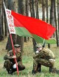 <p>Военнослужащие белорусской армии с флагом своей страны в деревне Околица 25 сентября 1998 года. Немногочисленная белорусская оппозиция, напуганная слухами о возможном создании союзного государства с Россией в ходе визита президента РФ Владимира Путина в Минск на этой неделе, призвала своих сторонников выйти на улицу и выразить своё несогласие с объединением. (REUTERS/VASILY FEDOSENKO)</p>