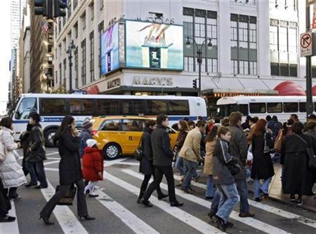 Holiday shoppers cross Seventh Avenue in New York, November 23, 2007. A brisk 30-minute walk 6 days a week is enough to trim waistlines and cut the risk of metabolic syndrome -- an increasingly common condition that is linked to obesity and a sedentary lifestyle, a new study indicates. REUTERS/Ray Stubblebine
