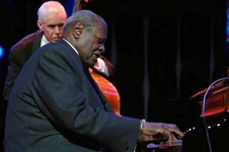 Canadian jazz pianist Oscar Peterson performs during the Gala night at the 39th edition of the Montreux Jazz Festival in Montreux, Switzerland, late July 16, 2005. REUTERS/Jean-Bernard Sieber
