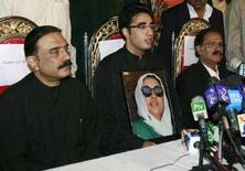 """<p>Асиф Али Зардари (слева), муж погибшего лидера пакистанской оппозиции Беназир Бхутто, и их сын Билавал Бхутто Зардари (в центре), а также вице-председатель """"Народной партии Пакистана"""" Махдум Амин Фахим (справа) на пресс-конференции в Наудеро 30 декабря 2007 года. """"Народная партия Пакистана"""", которую возглавляла Бхутто, избрала Асифа Али Зардари и Билавала Бхутто своими новыми лидерами, а также приняла решение участвовать в парламентских выборах в Пакистане 8 января, как того желала Беназир Бхутто. (REUTERS/Zahid Hussein)</p>"""