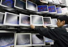 <p>AU Optronics, troisième fabricant mondial d'écrans à cristaux liquides, redoute d'éventuelles ruptures d'approvisionnement en 2008 en raison de la forte demande concernant les écrans plats. /Photo d'archives/REUTERS/Issei Kato</p>