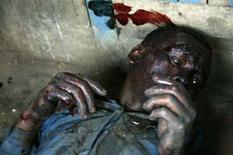 <p>Жестоко избитый человек в ходе кровавых столкновений племен в Найроби, 1 января 2008 года. Более 300 человек погибли в ходе уличных беспорядков после прошедших 27 декабря выборов президента, сообщили Комиссия по правам человека в Кении (KHRC) и Международная федерация по правам человека (FIDH). REUTERS/Stringer (KENYA)</p>