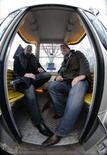 """<p>Clienti di un ristorante tedesco dentro una speciale """"gondola"""" a Monaco. REUTERS/Michael Dalder (GERMANY)</p>"""