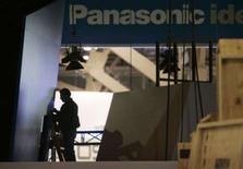 <p>A compter du 1er octobre prochain, le fabricant d'électronique japonais Matsushita Electric Industrial va se rebaptiser Panasonic, du nom de sa marque la plus connue, dans le but d'accroître ses ventes hors de l'archipel. /Photo prise le 3 janvier 2008/REUTERS/Las Vegas Sun/Steve Marcus</p>