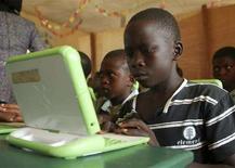 """<p>Scolari nigeriani lavorano sui computer forniti dal progetto """"One laptop per child"""". REUTERS/Afolabi Sotunde (NIGERIA)</p>"""