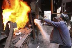 <p>Таджикский полицейский сжигает в печи конфискованные наркотики, Душанбе, 23 ноября 2007 года. Таджикистан в 2007 году изъял из незаконного оборота 5,2 тонны наркотиков - на 10 процентов больше, чем в предыдущем, сообщил в пятницу директор государственного Агентства по контролю за наркотиками (АКН) Рустам Назаров. (REUTERS/Nozim Kalandarov)</p>