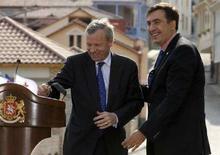 <p>Генсек НАТО Яап де Хооп Схеффер (слева) и президент Грузии Михаил Саакашвили на пресс-конференции в грузинском городе Сигнаги 4 октября 2007 года. Большинство избирателей в Грузии на референдуме, прошедшем 5 января одновременно с досрочными президентскими выборами, поддержали вступление страны в НАТО, сообщил в пятницу Центризбирком. (REUTERS/David Mdzinarishvili)</p>