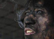 <p>Китайский шахтер курит после вахты в угольной шахте в окрестностях города Чанчжи. Число несчастных случаев с летальным исходом на предприятиях угольной промышленности Китая в 2007 году составило 3,786 человек, что примерно на 20 процентов ниже показателя 2006 года, сообщило государственное новостное агентство Xinhua в субботу. (REUTERS/Stringer)</p>
