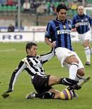 <p>L'interista Luis Antonio Jimenez (a destra) in un contrasto con Paul Costantin Codrea del Siena durante la partita di oggi. REUTERS/Marco Bucco (ITALY)</p>