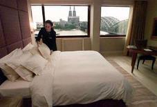 <p>Una donna mentre riordina la camera. REUTERS/Michael Urban</p>