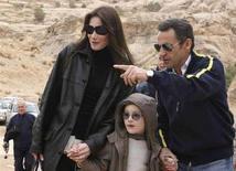 <p>Il presidente francese Nicolas Sarkozy e la sua compagna Carla Bruni e il figlio di lei Aurelien a Petra. REUTERS/Yousef Allan</p>
