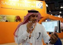 <p>Saudi Telecom, le plus important opérateur de télécommunications arabe par la capitalisation boursière, a annoncé le rachat de 35% d'Oger Telecom pour 2,6 milliards de dollars (1,8 milliard d'euros). Oger, filiale télécoms de Saudi Oger, groupe basé à Dubaï et contrôlé par la famille de l'ancien Premier ministre libanais Rafic Hariri, avait discuté à la fin de l'été dernier avec Vivendi en vue d'une entrée du groupe français dans le capital mais les négociations ont pris fin le 19 novembre dernier. /Photo d'archives/REUTERS/Zainal Abd Halim</p>