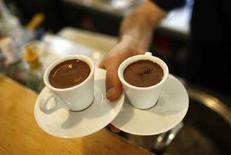 <p>Una cameriere trasporta due tazze di caffè. REUTERS/Osman Orsal</p>