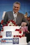 <p>Кандидат в президенты Сербии националист Томислав Николич режет праздничный торт в Белграде 20 января 2008 года. Националист Томислав Николич, выступающий за сотрудничество с Россией, одержал победу в первом туре президентских выборов в Сербии в воскресенье, и во втором туре будет бороться за пост главы государства с действующим президентом страны, сторонником присоединения к Евросоюзу Борисом Тадичем. (REUTERS/Stringer)</p>
