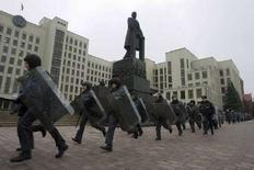 <p>ОМОН направляется к митингующим в центре Минска с целью разогнать их. 21 января 2008 года. Около 2.000 человек пришли в понедельник на центральную площадь Минска к Дому правительства на акцию протеста индивидуальных предпринимателей, но власти рассеяли митинг силами ОМОНа. (REUTERS/Vasily Fedosenko)</p>