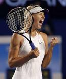 <p>Российская теннисистка Мария Шарапова в мачте Australian Open против бельгийки Жюстин Энен в Мельбурне 22 января 2008 года. (REUTERS/Stuart Milligan)</p>