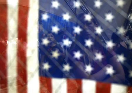 1月22日、米FRBは75ベーシスポイントという大幅な緊急利下げに踏み切ったが、今回の動きは世界的な市場混乱に対するFRBのろうばいぶりとともに米経済の健全性に対するFRBの深刻な懸念も露呈したと言える。写真は昨年9月に撮影した米国国旗(2008年 ロイター/Shannon Stapleton)