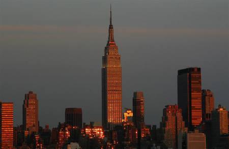 1月22日、米FRBの緊急利下げを受け、世界の株式市場ではパニック売りが一服したが、緊急利下げ後も米景気後退への懸念は根強い。写真は2006年8月に撮影したマンハッタンの夕景(2008年 ロイター/Gary Hershorn)