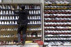 <p>Un venditore di scarpe. REUTERS/Wong Campion</p>