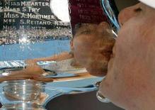 <p>La russa Maria Sharapova bacia il trofeo vinto agli Australian Open. REUTERS/Tim Wimborne</p>