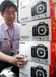 <p>Canon a enregistré une baisse inattendue de son bénéfice opérationnel sur le trimestre clos à fin décembre, à 193,58 milliards de yens contre 195,87 milliards un an auparavant. Le premier fabricant mondial d'appareils photo numériques impute au ralentissement économique américain cette diminution de 1,2%. /Photo d'archives/REUTERS/Issei Kato</p>