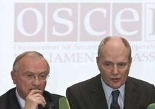 """<p>Наблюдатели на парламентских выборах в РФ Люк Ван ден Бранде (слева) из ПАСЕ и Горан Леннмакер из ОБСЕ на пресс-конференции в Москве, 3 декабря 2007 года. DВедущий европейский институт в сфере наблюдения за выборами может вновь отказаться от мониторинга за голосованием в России из-за введенных ею """"серьезных ограничений"""" на миссию наблюдателей, приглашенную на президентские выборы 2 марта. (REUTERS/Alexander Natruskin)</p>"""