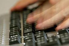 <p>La ministre de l'Intérieur, Michèle Alliot-Marie, s'inquiète de l'utilisation d'internet par les terroristes et dit, dans une interview au Figaro, faire de la lutte contre la cybercriminalité l'une des priorités de ses services. /Photo d'archives/REUTERS/Régis Duvignau</p>