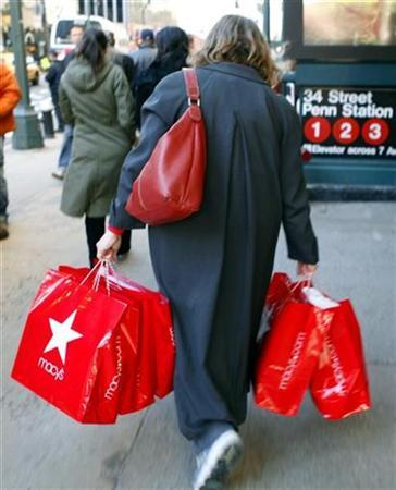 A woman carries shopping bags as she makes her way along West 34th Street in New York, December 24, 2007. REUTERS/Mike Segar