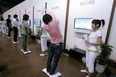 """<p>Il s'est écoulé trois fois plus de consoles Wii de Nintendo que de PlayStation 3 de Sony au Japon en janvier, grâce notamment au lancement du jeu """"Wii Fit"""" en décembre, selon le magazine spécialisé Enterbrain. /Photo prise le 10 octobre 2007/REUTERS/Yuriko Nakao</p>"""