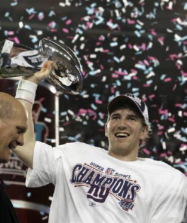 2月3日、NFLのスーパーボウルはジャイアンツが逆転で優勝。写真はトロフィーを掲げるジャイアンツのQBイーライ・マニング(2008年 ロイター/Jeff Haynes)