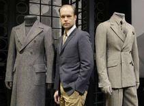 <p>Lo stilista svedese Lars Nilsson posa accanto a due creazioni della collezione uomo per Gianfranco Ferré. REUTERS/Alessandro Garofalo</p>