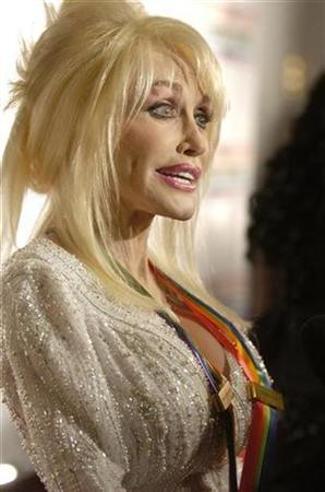 Dolly Parton, a 2006 Kennedy Center Honoree, speaks to the media as she arrives for the Kennedy Center Honors ceremony in Washington December 3, 2006. REUTERS/Mike Theiler