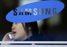 <p>Le patron de la division de téléphones portables de Samsung Electronics exclut un éventuel rachat de l'activité de combinés de Motorola, jugeant qu'une telle acquisition aurait peu d'intérêt, selon l'agence de presse sud-coréenne Yonhap News. /Photo d'archives/REUTERS/Han Jae-Ho</p>