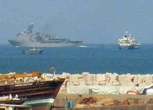 """<p>Корабль ВМС США (слева вверху) в порту Борассо на северо-востоке Сомали 4 декабря 2007 года. Корабль военно-морских сил США обстрелял лодку сомалийских пиратов, захвативших судно """"Свицер Корсаков"""" с российскими моряками и британским капитаном, сообщил директор программы по содействию морским перевозчикам Эндрю Мвангура во вторник. (REUTERS/Abdiqani Hassan)</p>"""