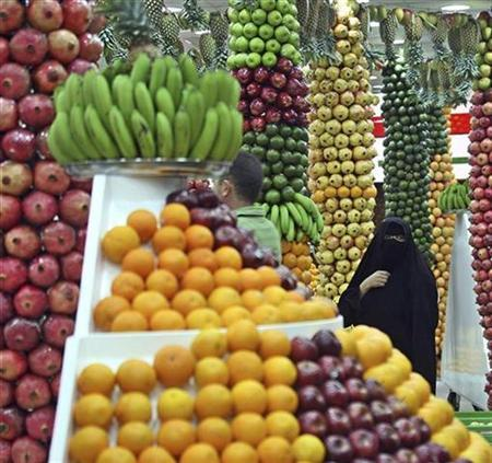 A veiled woman waits to buy fresh juice at the ''50 Kinds of Fruits Juice Shop'' in Riyadh, Saudi Arabia, December 5, 2007. Sharia law is understood and applied in such varied ways across the Muslim world that it is difficult to say exactly what it is and how it could fit into a western legal context, according to experts on Islam. REUTERS/Ali Jarekji