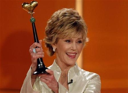 U.S. actress Jane Fonda holds the Goldene Spendenherz award during the ''Ein Herz fuer Kinder'' TV gala in Berlin, December 15, 2007. Television network NBC apologized for itself and actress Jane Fonda on Thursday after she used an offensive word on the ''Today Show.'' REUTERS/Michael Kappeler/Pool