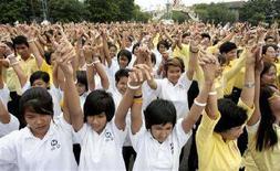 """<p>Lo """"stand up"""" contro la povertà a cui hanno partecipato nello scorso ottobre migliaia di persone in tutto il mondo, in occasione della Giornata Mondiale per lo Sradicamento della Povertà. Nella foto, la manifestazione di Bangkok, in Thailandia, il 17 ottobre 2007. REUTERS/Sukree Sukplang (THAILAND)</p>"""