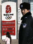 <p>Un poliziotto cinese vicino al conto alla rovescia per le Olimpiadi. REUTERS/Claro Cortes IV (CHINA)</p>