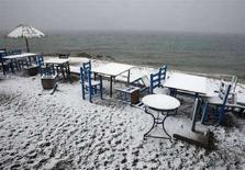 <p>Un bar sulla spiaggia nel villaggio di Oropos, a nordest di Atene. REUTERS/Yiorgos Karahalis</p>
