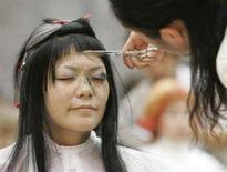 <p>Una ragazza giapponese dal parrucchiere. REUTERS/Michael Caronna</p>