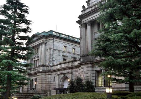 2月19日、日銀の稲葉理事は「経済と物価情勢に見合わない金利の引き上げを行うと投資の収益を害して前向きの経済活動に悪影響をもたらす恐れもある」と述べた。写真は2006年3月に撮影した日銀建物(2008年 ロイター/Toshiyuki Aizawa)