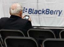 <p>Un azionista di Rim alla rpese col suo Blackberry, durante una pausa nell'assemblea annuale della società in Canada. REUTERS/J.P. Moczulski (CANADA)</p>