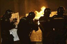 <p>Сербские полицейские пытаются остановить протестующих перед посольством США в Белграде 21 февраля 2008 года. Один человек погиб при пожаре в американском посольстве в Белграде в четверг, когда недовольные отделением Косово сербы напали на миссию и подожгли ее после организованного при поддержке властей митинга, крупнейшего в Сербии со времен свержения Слободана Милошевича в 2000 году. (REUTERS/Oleg Popov)</p>