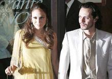 <p>Певица Дженнифер Лопес с мужем Марком Энтони выходят из ресторана в Риме 16 ноября 2006 года. Американская актриса и певица Дженнифер Лопес в пятницу родила двойню в нью- йоркской больнице - мальчика и девочку, сообщил журнал People.REUTERS/Chris Helgren</p>