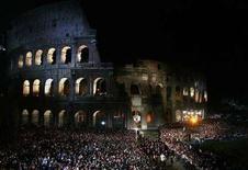 <p>Il Colosseo a Roma durante la via Crucis nell'aprile 2007. REUTERS/Max Rossi</p>
