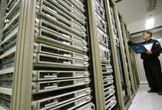 <p>En 2007, les ventes de serveurs Hewlett-Packard en valeur se sont rapprochées de celles d'IBM et HP a renforcé sa suprématie en termes de volumes, selon le cabinet d'études Gartner. /Photo d'archives/REUTERS/Kim Kyung-Hoon</p>